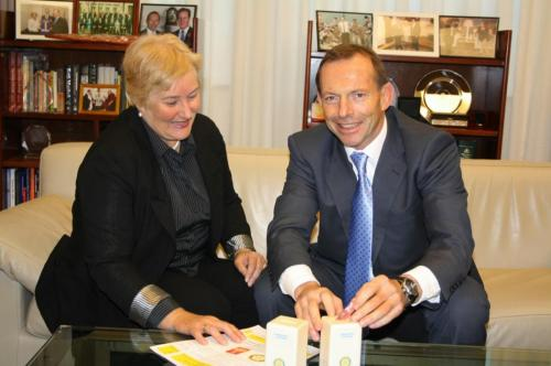 2013-05-28 Tony Abbott PM, Ann Sudmalis MP with the Club's Polio Eradication MoneyBoxes
